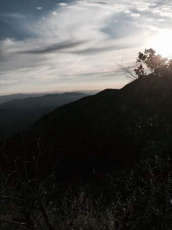 Altadena, CA: Beautiful place to watch the sunset as you are coming down the trail to the valley.