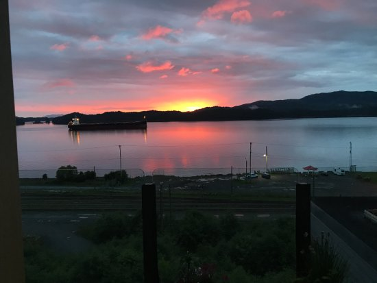 Inn on the Harbour: 10:30 pm . . . love those long evenings and gorgeous sunsets!