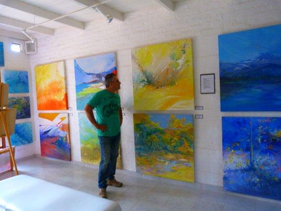 San Marcos Sierras, Argentina: sala de exposicion con obras de  yimi pereyra