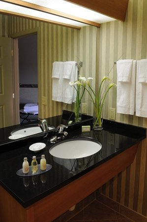 Tualatin, OR: Granite Bathrooms