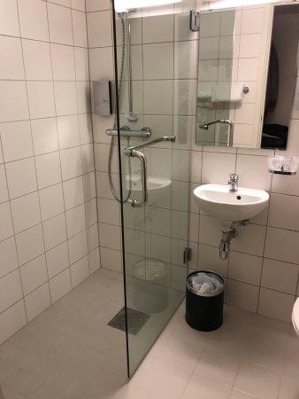 Hornindal, Norway: Salle de bain lamentable  pour un 4 étoiles  lavabo de wc pas de baignoire vue sur rue bruyante