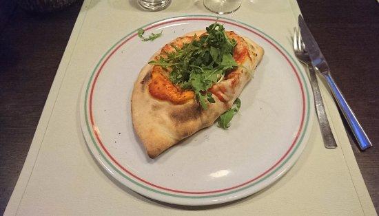 Oberschaeffolsheim, France: La Traviata - Pizza calzone avec roquette