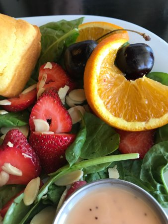 Strathmore, Canadá: Strawberry & spinach salad with cornbread; orange and cherry garnish