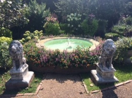 Mountain Aire Motor Inn: This is the fountain in the garden. So pretty.