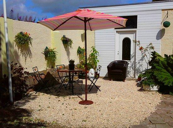 Ardrossan, UK: Sunny seating area
