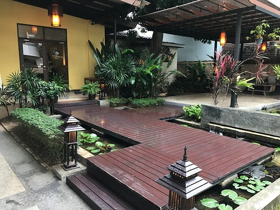Kiyora Spa: Zen Garden Leading To The Building/house