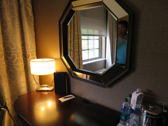 Sheraton Tarrytown Hotel: desk in the room