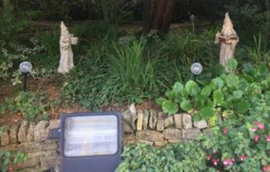 Stow Lodge Hotel: gnomes in the garden - the light is bright yellow at night
