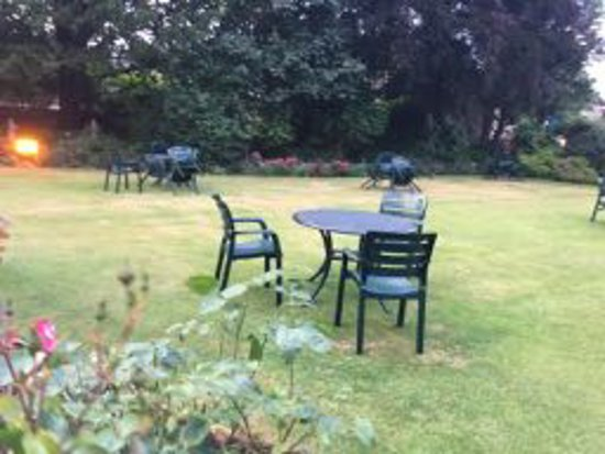 Stow Lodge Hotel: The grounds not beautified by professional photo