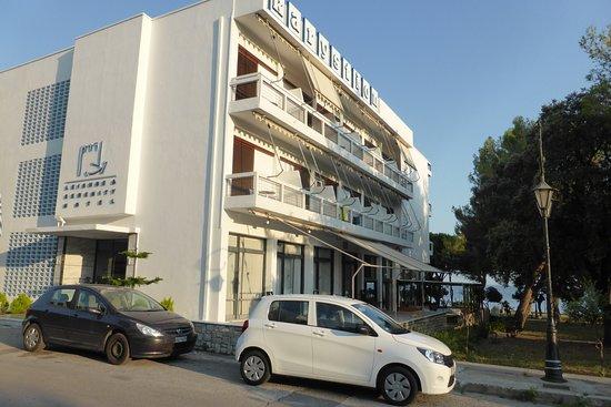 Karystion Hotel: Parking à gauche de la photo derrière l'hôtel , centre ville plus bas à quelques minutes à pied
