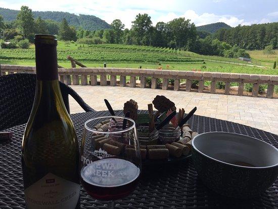 Stonewall Creek Vineyards: Sip while enjoying the view!
