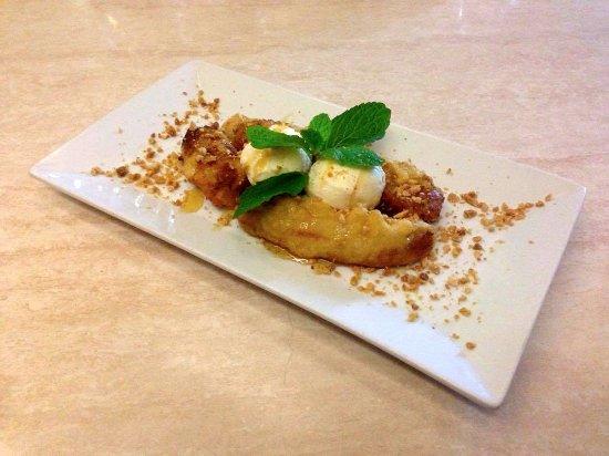 Coolum Beach, أستراليا: Tempura Bananas with organic honey and roasted nuts and vanilla ice cream! yum!
