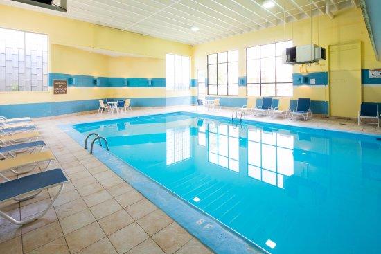 Red Lion Inn & Suites- Chambersburg: Pool Area