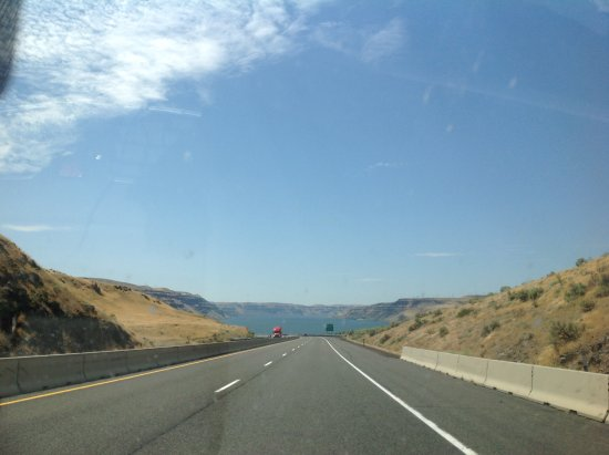 Columbia River Gorge: Entering the canyon