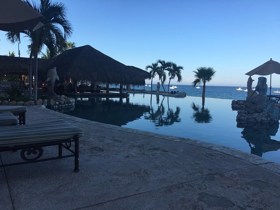 Hotel Palmas de Cortez: The pool and bar looking out over the Sea of Cortez