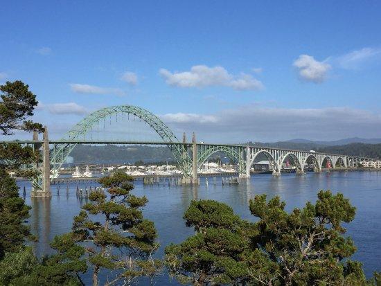 Embarcadero Resort Hotel: Newport Bridge looking toward the harbor and marina.