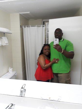Bay Gardens Hotel: Spacious bathroom