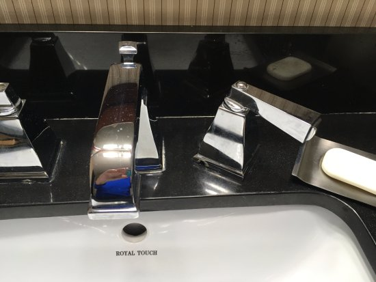 DoubleTree By Hilton Hotel New Bern Riverfront: Broken Faucet, No Cold Water