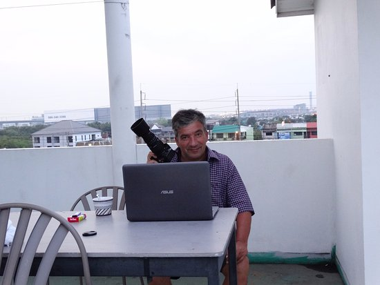 The Phoenix Hotel Bangkok : Plane Spotter Roof Terrace: Wifi,Shadow,Toilets,Chairs&Tabels!