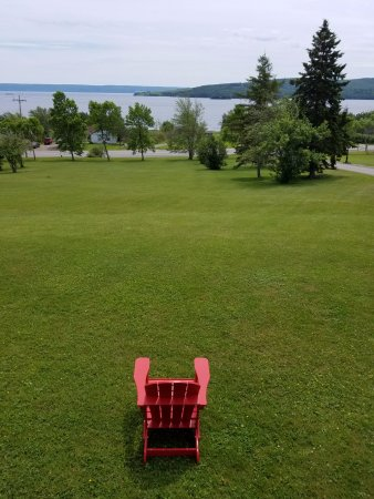 Baddeck, Canadá: Front Yard from room. Great place to relax and read