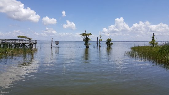 Mount Dora, Флорида: End of the canal opens to Eustis Lake