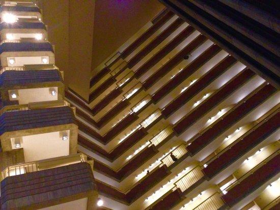 ไฮแอทท์รีเจนซี่ แคมบริดจ์, โอเวอร์ลุคกิ้ง บอสตัน: Open atrium design.