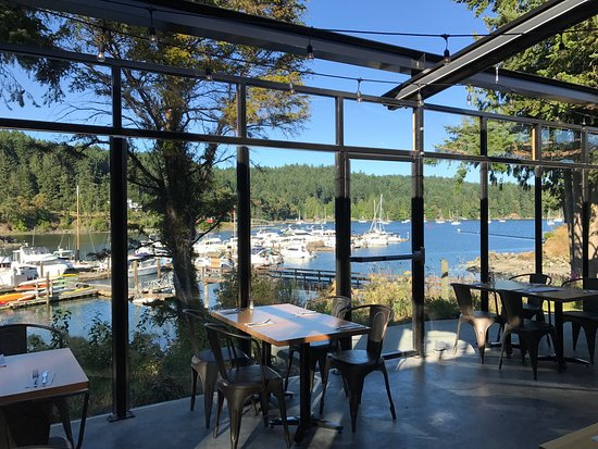 Pender Island, Kanada: Renovated bridgemans bistro is in a whole new class of fine dining. Only open for dinner Thu-Sun