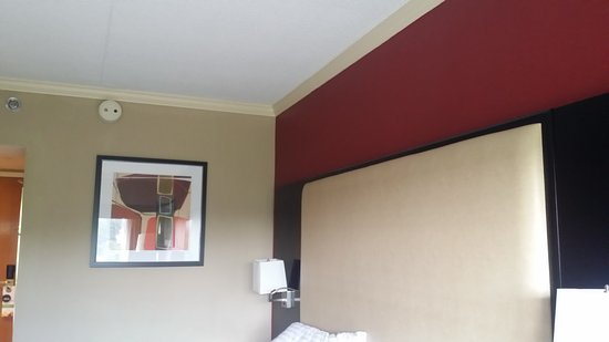 Holiday Inn Clinton - Bridgewater: Nice color scheme & ok artwork