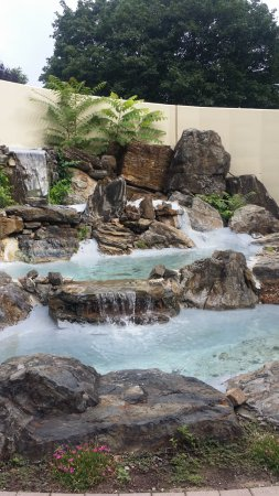 Holiday Inn Clinton - Bridgewater: Fake waterfall beside front patio