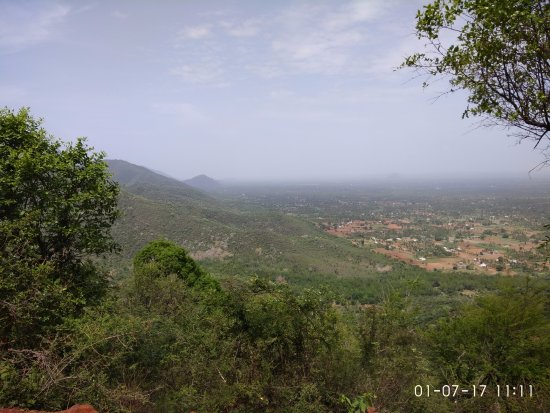 Tiruvannamalai, Indien: scenic beauty of javadhu hills. Plains seen from the top of hills.
