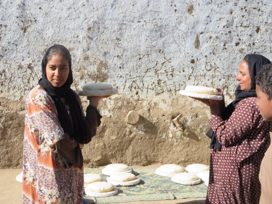 Real Egypt Day Tours: Bisaw Island, dahabiya tour Real Egypt - women with sun bread