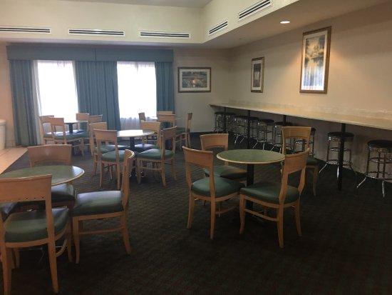 La Quinta Inn & Suites Phoenix I-10 West: Notice the cheap furniture