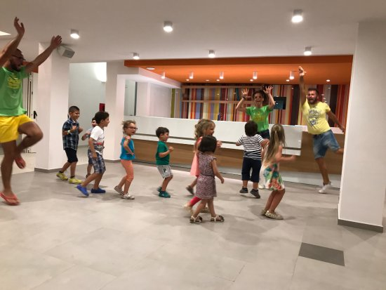 Hotel Sole: Kids Dancing