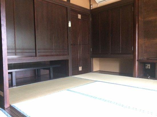 Hitachiomiya, Japan: 重厚な壁や開き戸のある素敵なお部屋です
