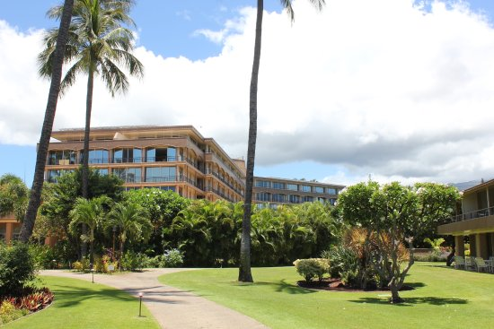 Aston Maui Kaanapali Villas: Our expensive ocean view room was at the back in the right wing of the main building