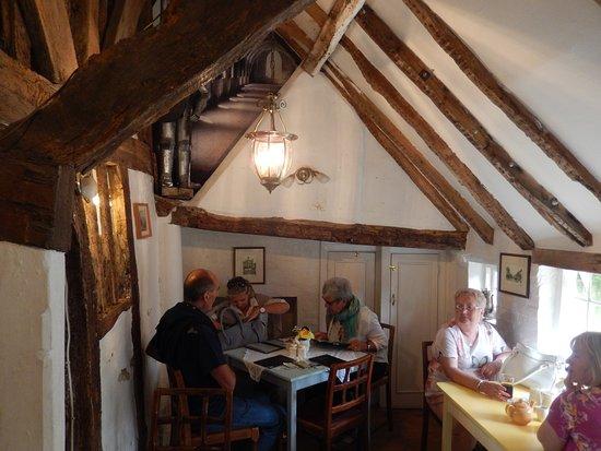 Mrs Burton's Restaurant and Tea Room: Notre table sous la lampe