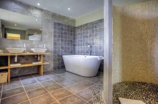 La double salle de bain de la suite Zen, baignoire ilot et douche ...