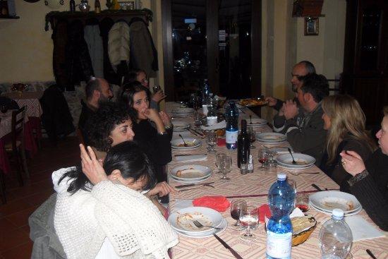 Campagnatico, Italia: Tavola imbandita, semplicità ed allegria