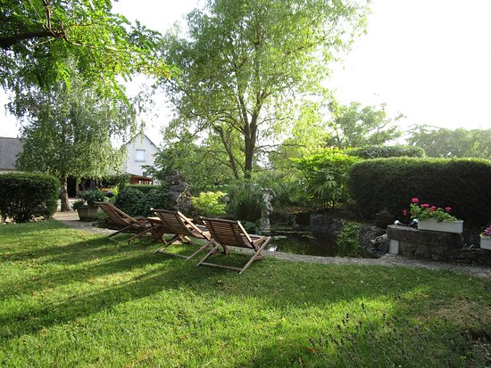 La Chaussee-Saint-Victor, Francia: Near the small pond, reclining chairs for daytime and evening sunshine.