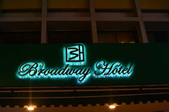 Broadway Hotel Singapore : Hotel front at night