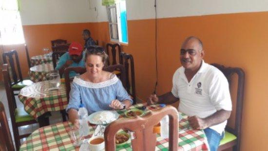 Airport Pop Taxi Dominican Republic: En una parada por el camino para comer una típica comida estaba deliciosa