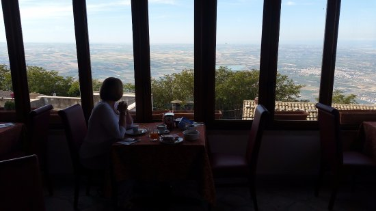 Hotel Elimo: Breakfast with a view