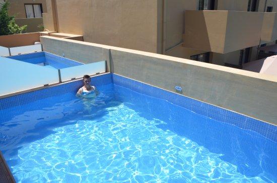 Priv zwembad maar dan wel zonder veel privacy foto for Zwembad prive