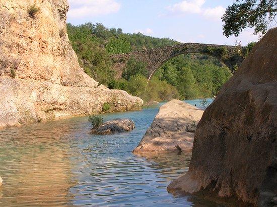 Rodellar, España: El puente que da nombre al camping