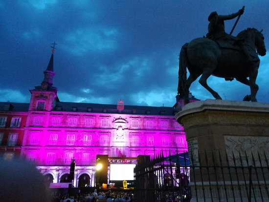 Regione di Madrid, Spagna: This is Madrid's Plaza Mayor, still a key point for local life, purple lighted for a free concer