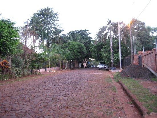 Hostel Sweet Hostel: La strada dov'è situato l'ostello: al tramonto!