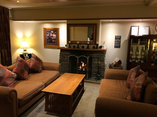 Central Ridge Boutique Hotel: Comfortable communal area, with nice warm fire.