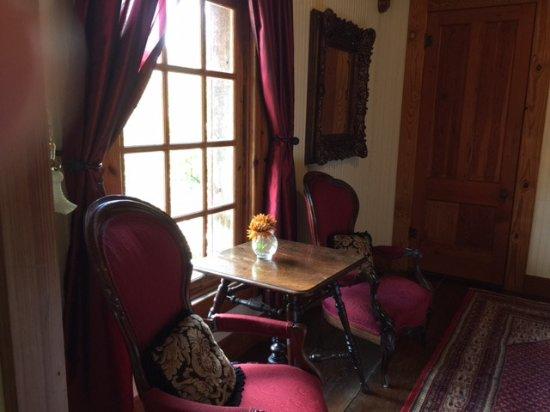 Gruene Mansion Inn Bed & Breakfast: sitting area upstairs in Sunday Haus 21