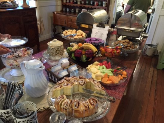 Gruene Mansion Inn Bed & Breakfast: Breakfast buffet spread