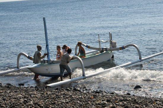 Kerobokan, Indonesia: Départ des non-plongeurs en bateau à balancier pour une excursion